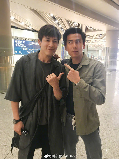 Elvis Han Eddie Peng take a picture together