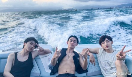 Keep Running cast mates Cai Xukun with Lucas Huang Xuxi and Dong Sicheng having a fun day out in the water.